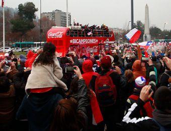 [FOTOS] Así fue el recorrido de La Roja por Santiago celebrando junto a los hinchas