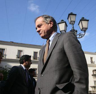 Walker defiende reajuste a sueldos de autoridades y discrepa con presidente del Senado