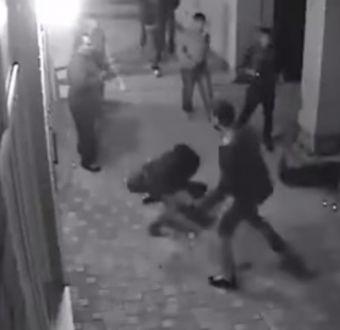[VIDEO] Boxeador profesional deja 'knock out' a dos hombres de un solo golpe en pelea callejera