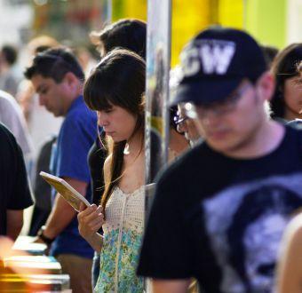 Municipalidad de Santiago regalará 3 mil libros de nuevos autores en la calle