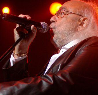 A los 68 años muere el cantante griego Demis Roussos