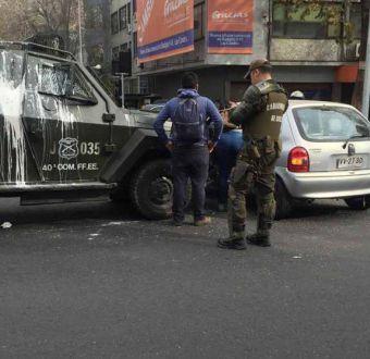 Carro lanzagases choca a vehículo particular durante marcha no autorizada