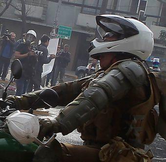 [VIDEO] El momento en que un carabinero fue herido en la marcha