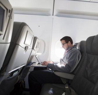 Ampliación de prohibición de laptops en vuelos podría costar mil millones de dólares
