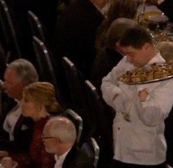 [VIDEO] El bochornoso incidente de un mesero en la cena de los premios Nobel
