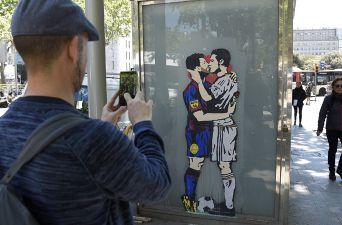 [FOTOS] Grafiti de Messi y Cristiano besándose causa furor en previa de El Clásico
