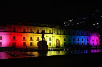 La Moneda se ilumina con los colores de la bandera gay en el día contra la homofobia y transfobia