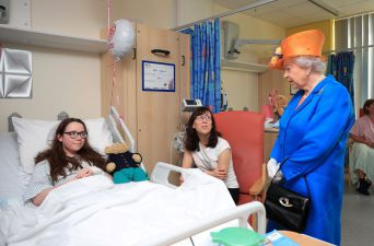 La reina Isabel II visita a los menores heridos por ataque en Manchester