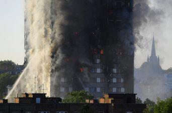 [FOTOS] Voraz incendio en edificio residencial en Londres
