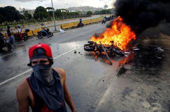 [FOTOS] Otro muerto en una nueva jornada de protestas y violencia en Caracas