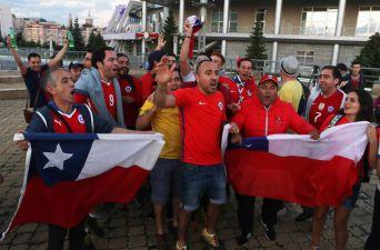 """[FOTOS] Hinchas alientan a """"La Roja"""" en las afueras del hotel en Kazán"""