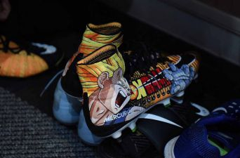[FOTOS] Jugador de la Premier League luce zapatos diseñados al estilo Dragon Ball