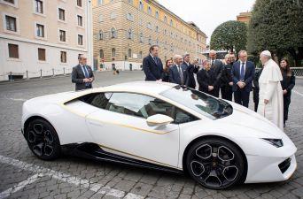 [FOTOS] El Papa Francisco recibe un Lamborghini Huracán como regalo