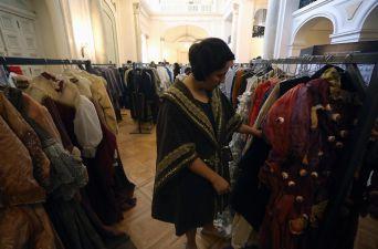 [FOTOS] Teatro Municipal abre sus puertas para venta de vestuario