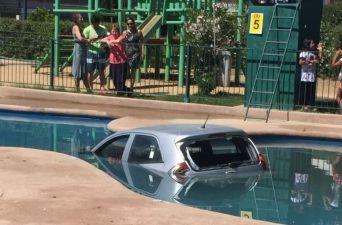 [FOTOS] Joven conductora cae con su automóvil a la piscina de un condomino