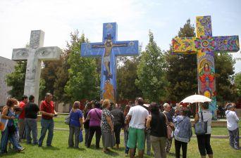 [FOTOS] Presentan cruces pintadas por artistas en Santuario Padre Hurtado