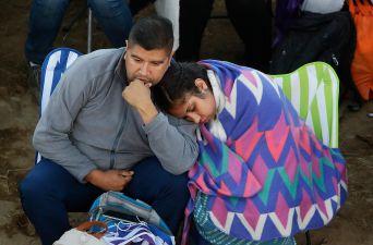 [FOTOS] Aguantando el frío: la larga espera de los fieles por el Papa en el aeropuerto de Temuco