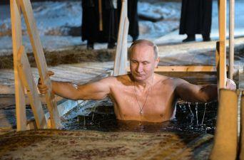 [FOTOS] Putin y los rusos celebran la Epifanía Ortodoxa sumergiéndose en aguas congeladas