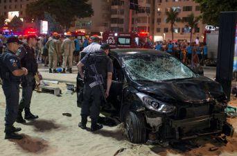 [FOTOS] Automóvil atropella a una multitud en la playa de Copacabana