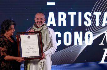 [FOTO] Miguel Bosé recibe premio Artista Ícono del Festival de Viña del Mar
