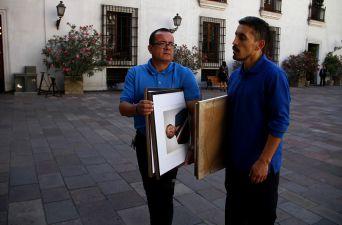 [FOTOS] Retiran fotografías de Michelle Bachelet de La Moneda