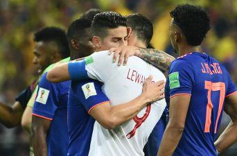 [FOTOS] El consuelo de James Rodríguez a Lewandowski tras eliminarlo del Mundial