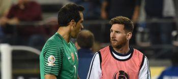 Claudio Bravo se confiesa en Inglaterra y agradece a Lionel Messi por su progresión