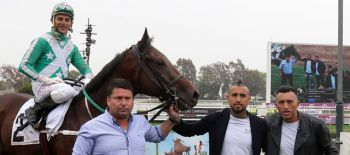 Arturo Vidal celebra triunfo de su caballo Sono Bianco Nero