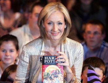 J.K. Rowling es la autora de la saga de 8 libros de Harry Potter.