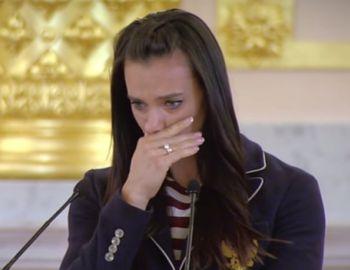 [VIDEO] La emotiva despedida de Yelena Isinbayeba a la delegación rusa
