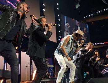 Los Backstreet Boys brindan presentación sorpresa en el iHeartRadio Music Festival