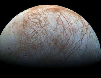 """¿Géiseres gigantes?: qué son los increíbles """"chorros de agua"""" que lanza una luna de Júpiter"""