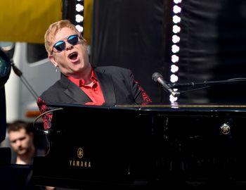 Elton John cumple 70 años y celebra con Lady Gaga y beneficio