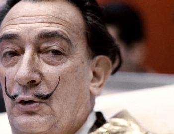 El bigote de Dalí en su lugar: A las 10 y 10