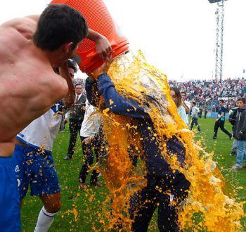 [FOTOS] El insólito festejo del DT Mario Salas tras ser campeón en el banco de la UC