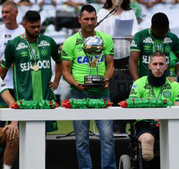 Sobrevivientes de Chapecoense levantaron la Copa Sudamericana