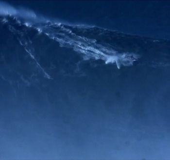 [VIDEO] Surfista campeón del mundo busca en Chile la ola más grande de la historia