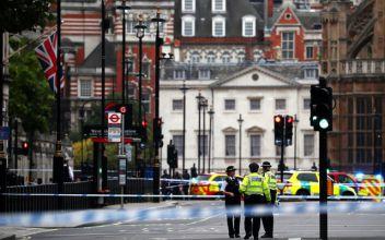 [VIDEO] Vehículo impacta contra las barreras del Parlamento inglés