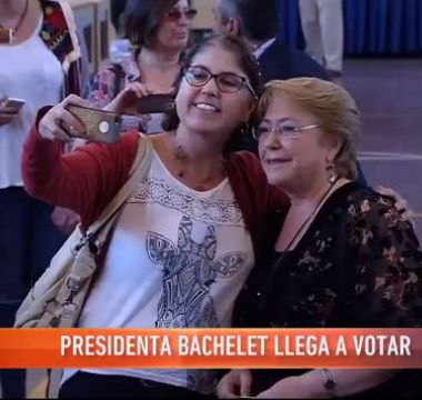 [VIDEO] Voto con selfie: votantes piden fotos a Bachelet en la fila para votar