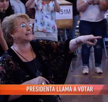 [VIDEO] Presidenta Bachelet ayuda a devolver carnet a votante olvidadiza