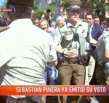 [VIDEO] Tumultuosa salida de Sebastián Piñera de local de votación