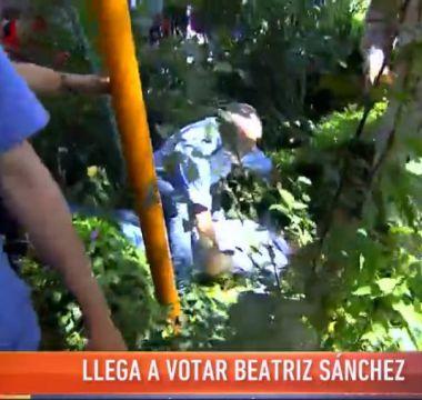 [VIDEO] La caída de una persona que marcó la llegada de Beatriz Sánchez a su local de votación