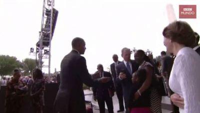 [VIDEO] El momento en que George W. Bush no puede sacarse un selfie y le pide ayuda a Obama