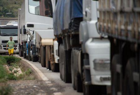 Camioneros posponen paro de este lunes y se reunirán con el ministro Burgos