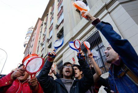 Estudiantes protestan con coladores en el Mineduc