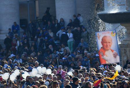 Unas 100.000 personas en el Vaticano para el día de San Juan Pablo II