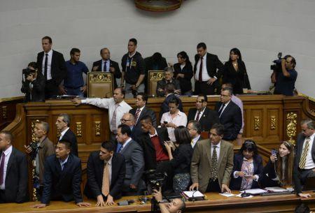 Parlamento venezolano declara ruptura del orden insitucional y OEA hace un llamado a tomar medidas
