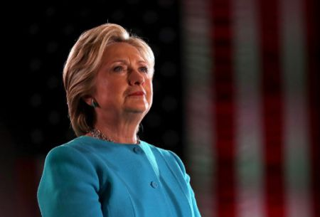 Hillary Clinton advierte de peligros que traen noticias falsas