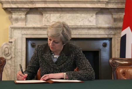 Theresa May firma la carta que pide salida del Reino Unido de la UE