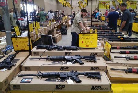 Florida celebra su gran feria de armas tres días después de la matanza